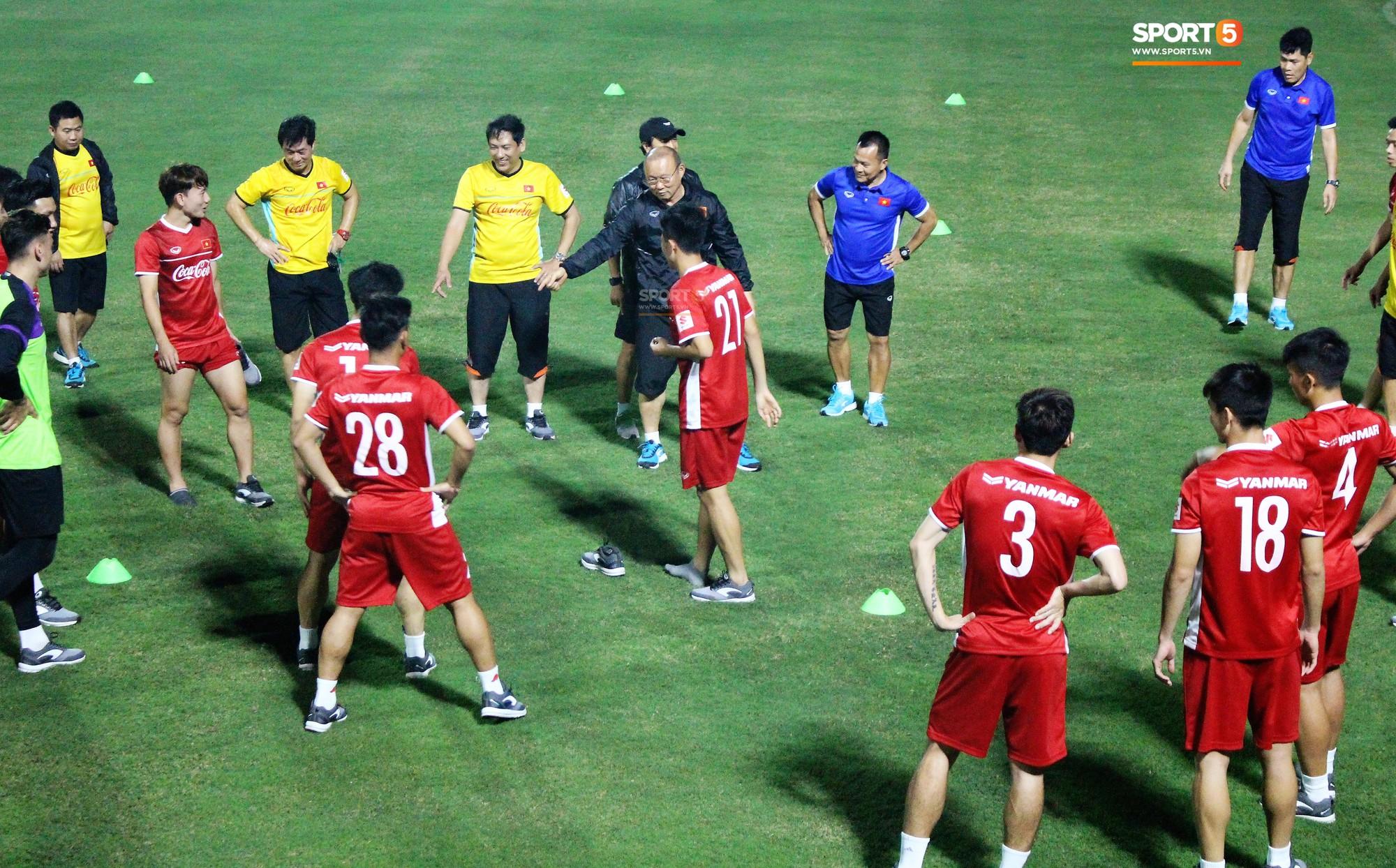 Đức Chinh chạy trốn, Đình Trọng và Minh Vương bị HLV Park Hang Seo lột giày vì không mang tất đúng chuẩn-2