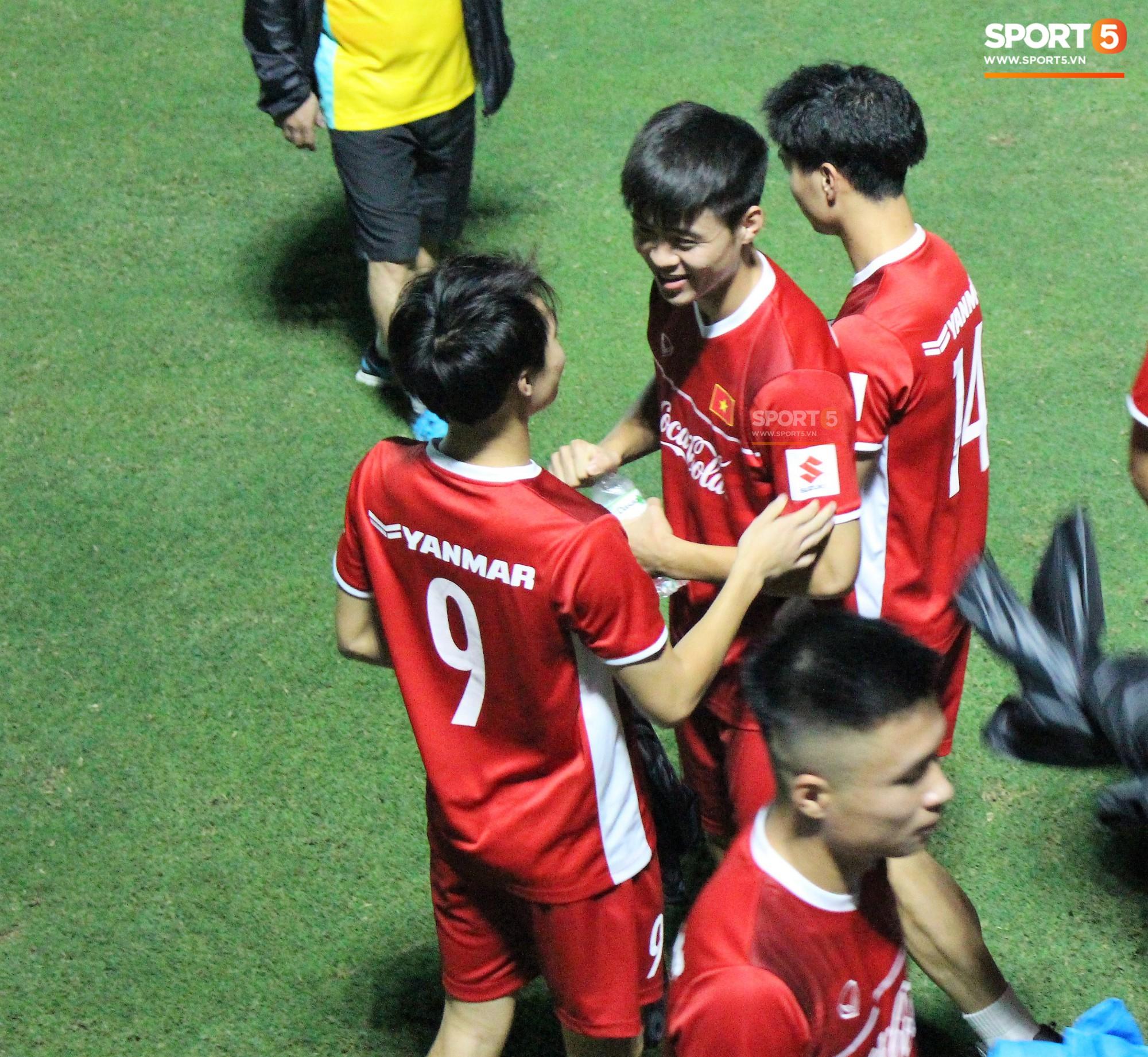 Đức Chinh chạy trốn, Đình Trọng và Minh Vương bị HLV Park Hang Seo lột giày vì không mang tất đúng chuẩn-8