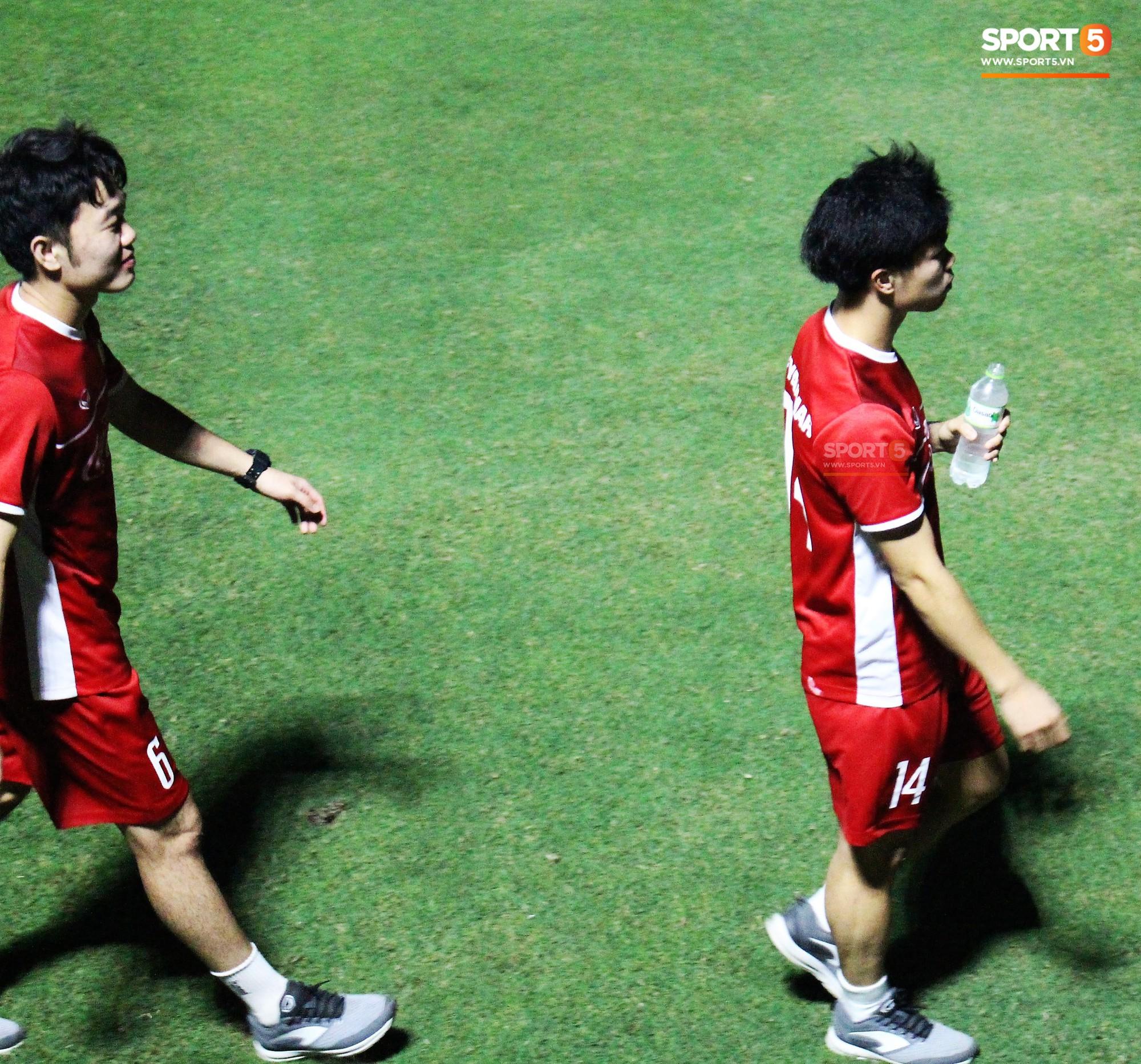 Đức Chinh chạy trốn, Đình Trọng và Minh Vương bị HLV Park Hang Seo lột giày vì không mang tất đúng chuẩn-9