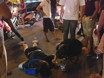 Cô gái đi xe máy bị ô tô cố vượt đèn đỏ đâm trọng thương