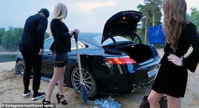 Con nhà giàu Nga ngồi xe sang, rải tiền trên phố-1