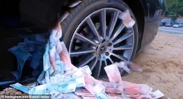 Con nhà giàu Nga ngồi xe sang, rải tiền trên phố-2