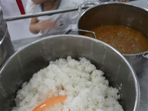 Vụ trẻ ăn cơm mốc, đầu cá: Điều cấp dưỡng trường khác tới nấu-1