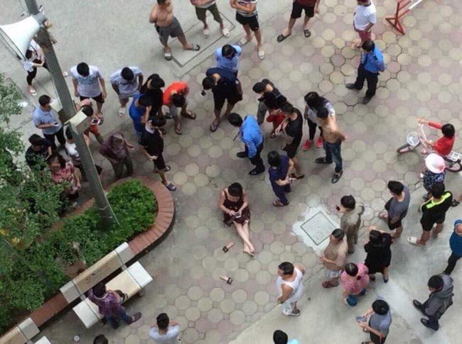 Vụ chồng rút súng bắn vợ giữa chung cư ở Hà Nội: Khám xét nơi ở của nghi phạm-1