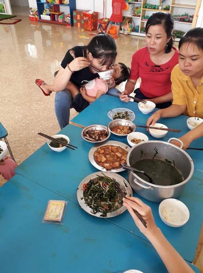 Bức ảnh bữa trưa vội vã, vừa ăn vừa bế trẻ của cô giáo mầm non gây xúc động, thực tế còn khắc nghiệt hơn-1