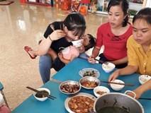 Bức ảnh bữa trưa vội vã, vừa ăn vừa bế trẻ của cô giáo mầm non gây xúc động, thực tế còn khắc nghiệt hơn