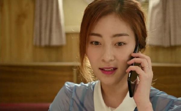 Thấy giúp việc liên tục nhắn tin lả lướt với bạn trai, vợ tá hỏa khi nhận ra số điện thoại quen thuộc-1