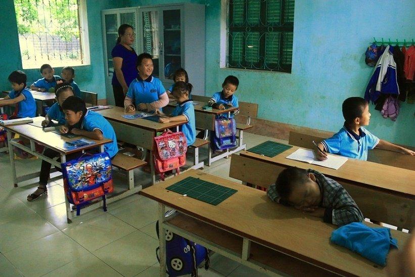 Những cô giáo quen với việc học sinh cắn, phi chổi vào người-1