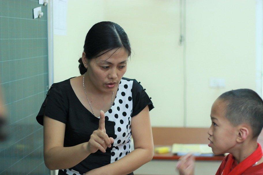 Những cô giáo quen với việc học sinh cắn, phi chổi vào người-5