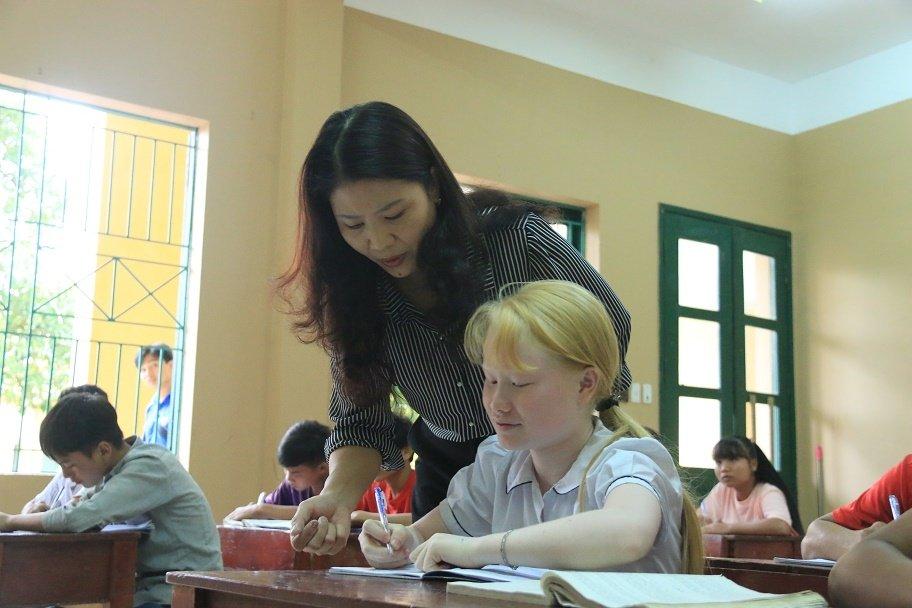 Những cô giáo quen với việc học sinh cắn, phi chổi vào người-7
