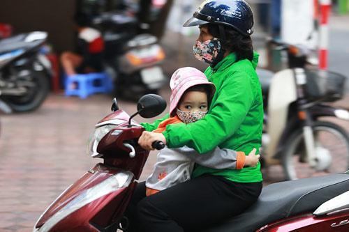 Hà Nội chuyển lạnh vì gió mùa tràn về, bố mẹ nhớ giữ ấm cho con khi ra đường-1