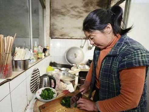 Người phụ nữ bị ung thư dạ dày giai đoạn cuối vì thói quen nấu nướng tai hại-1