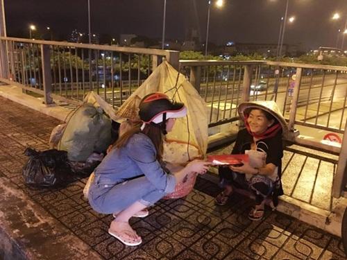 Diện dép tông Lào rẻ tiền nhưng Thanh Hằng - Hoài Linh - Ngọc Trinh vẫn cứ là ngời ngời khí chất-10