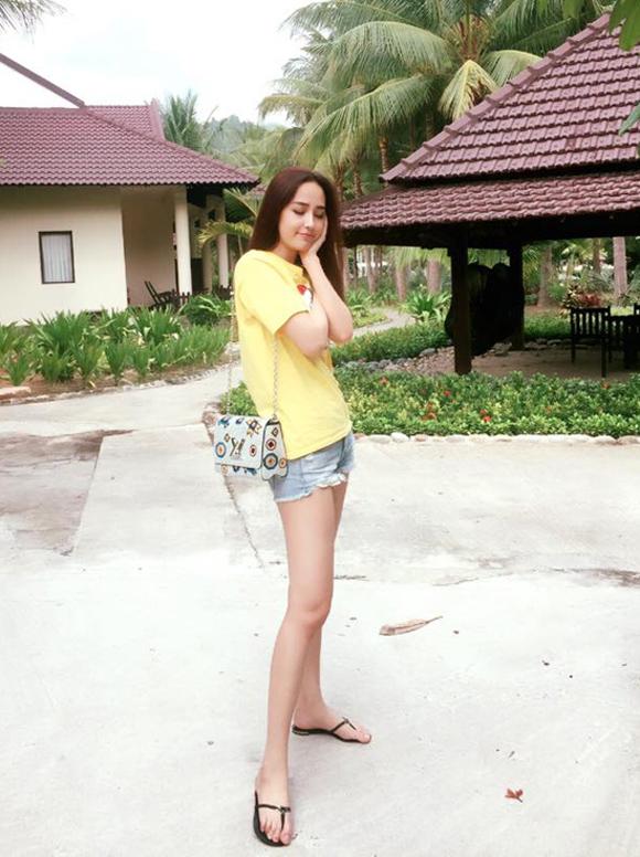 Diện dép tông Lào rẻ tiền nhưng Thanh Hằng - Hoài Linh - Ngọc Trinh vẫn cứ là ngời ngời khí chất-7
