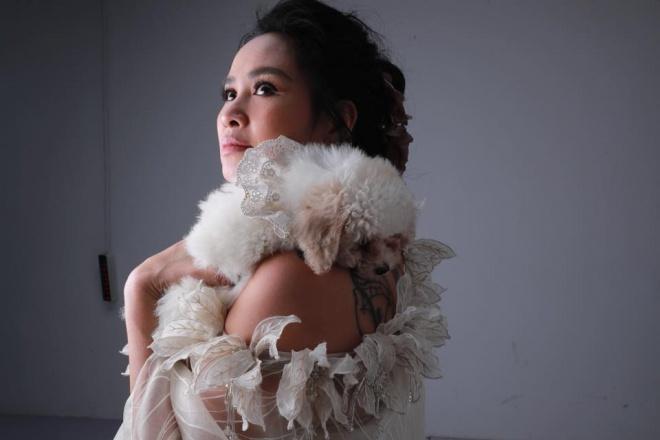 Diva Thanh Lam khoe vai trần gợi cảm, lần đầu lộ hình xăm bí ẩn sau lưng-1