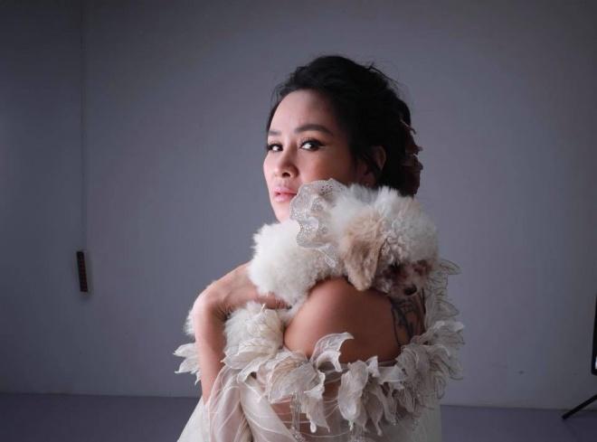 Diva Thanh Lam khoe vai trần gợi cảm, lần đầu lộ hình xăm bí ẩn sau lưng-3