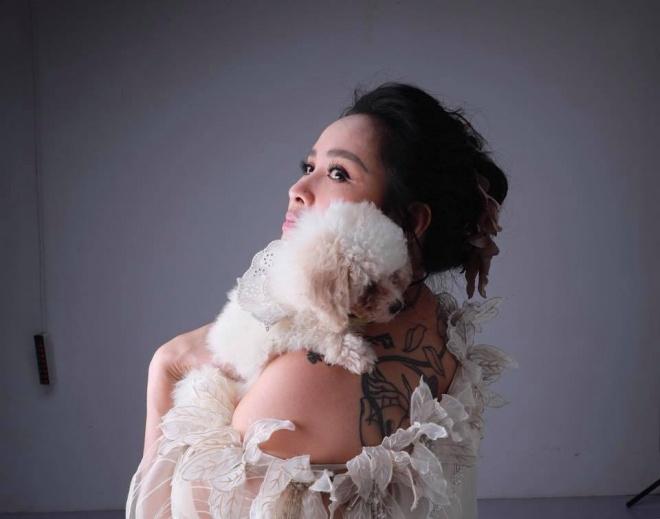 Diva Thanh Lam khoe vai trần gợi cảm, lần đầu lộ hình xăm bí ẩn sau lưng-4