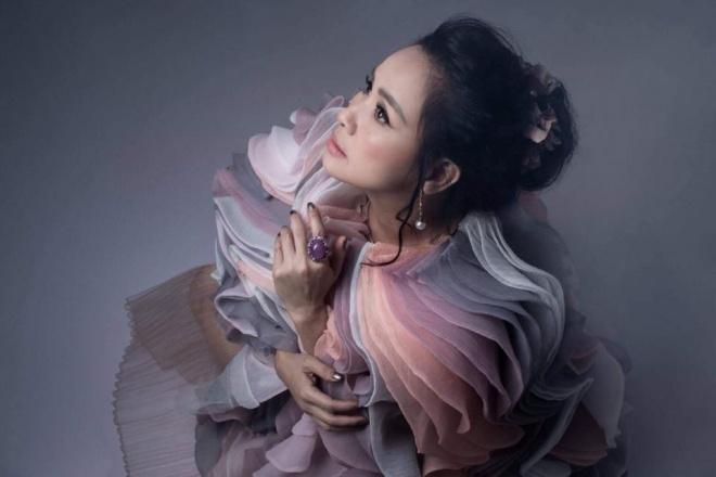 Diva Thanh Lam khoe vai trần gợi cảm, lần đầu lộ hình xăm bí ẩn sau lưng-10
