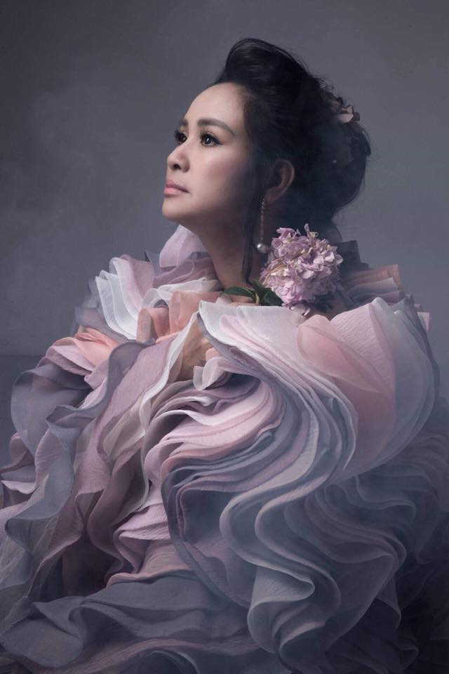 Diva Thanh Lam khoe vai trần gợi cảm, lần đầu lộ hình xăm bí ẩn sau lưng-11
