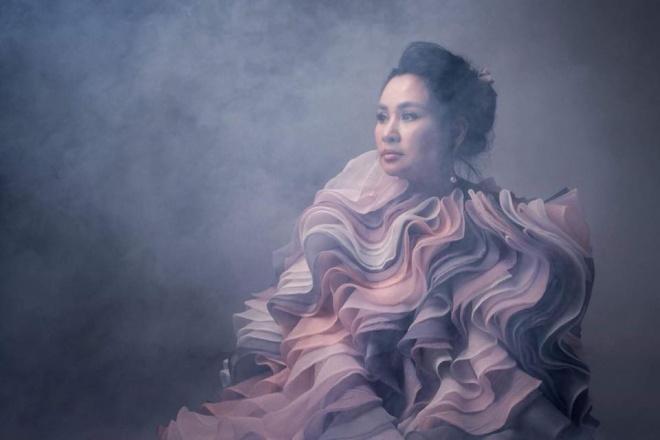 Diva Thanh Lam khoe vai trần gợi cảm, lần đầu lộ hình xăm bí ẩn sau lưng-12