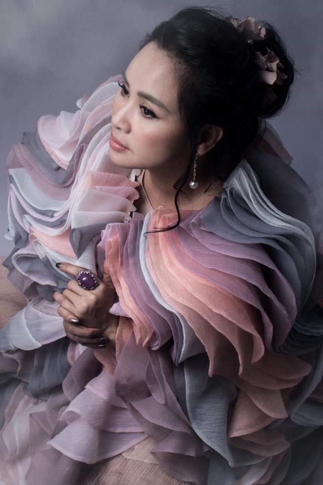 Diva Thanh Lam khoe vai trần gợi cảm, lần đầu lộ hình xăm bí ẩn sau lưng-13