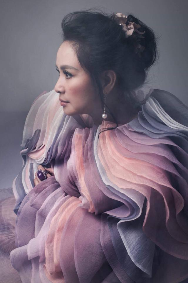Diva Thanh Lam khoe vai trần gợi cảm, lần đầu lộ hình xăm bí ẩn sau lưng-14