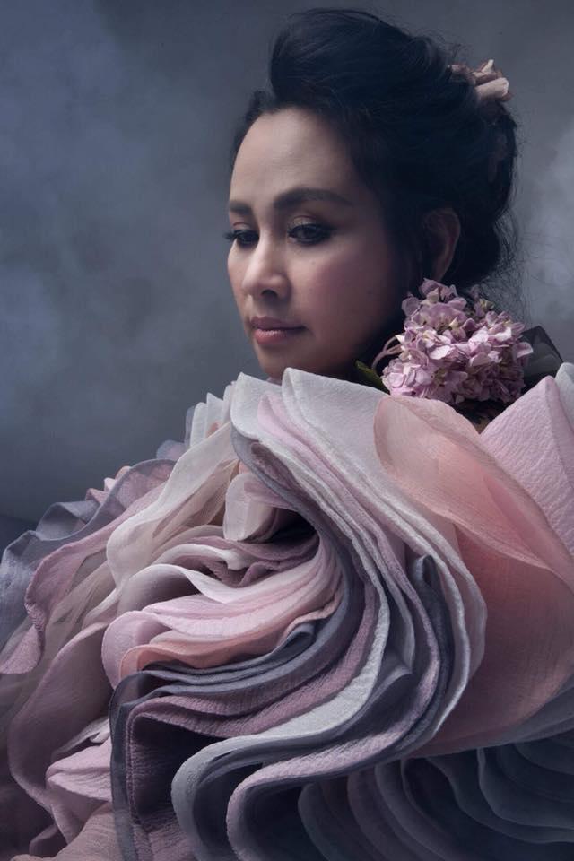 Diva Thanh Lam khoe vai trần gợi cảm, lần đầu lộ hình xăm bí ẩn sau lưng-6