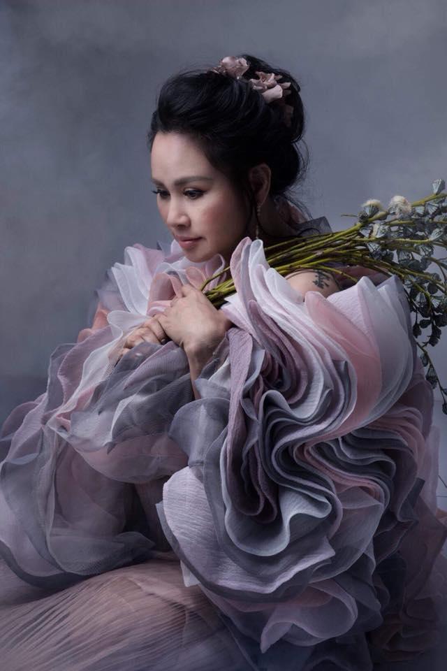 Diva Thanh Lam khoe vai trần gợi cảm, lần đầu lộ hình xăm bí ẩn sau lưng-7