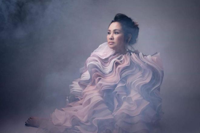 Diva Thanh Lam khoe vai trần gợi cảm, lần đầu lộ hình xăm bí ẩn sau lưng-8