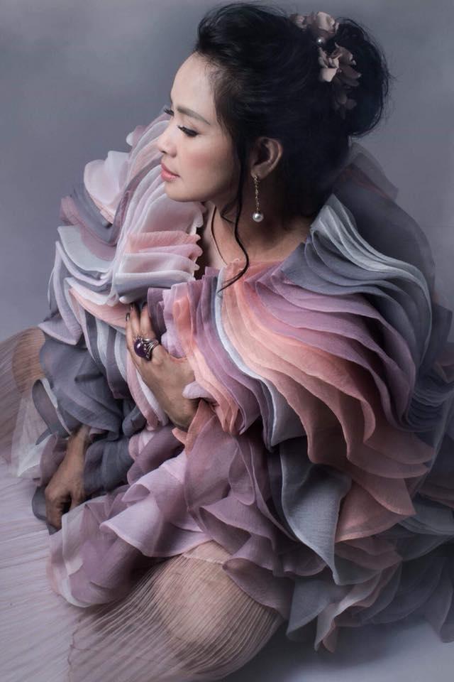 Diva Thanh Lam khoe vai trần gợi cảm, lần đầu lộ hình xăm bí ẩn sau lưng-9