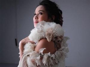 Diva Thanh Lam khoe vai trần gợi cảm, lần đầu lộ hình xăm bí ẩn sau lưng