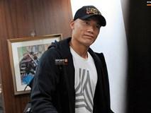 Tiến Dũng gượng cười, kéo mũ trùm kín đầu khi đến hội quân cùng ĐT Việt Nam
