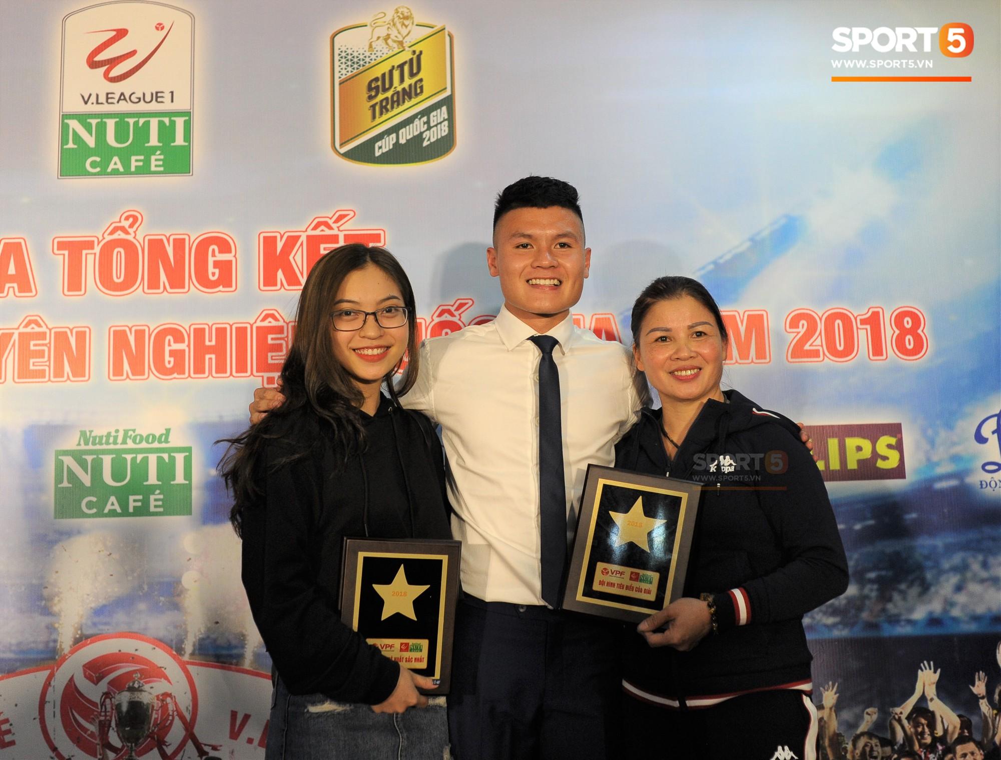 Quang Hải quấn quýt bên mẹ và bạn gái trong ngày nhận danh hiệu Cầu thủ trẻ xuất sắc nhất.-1