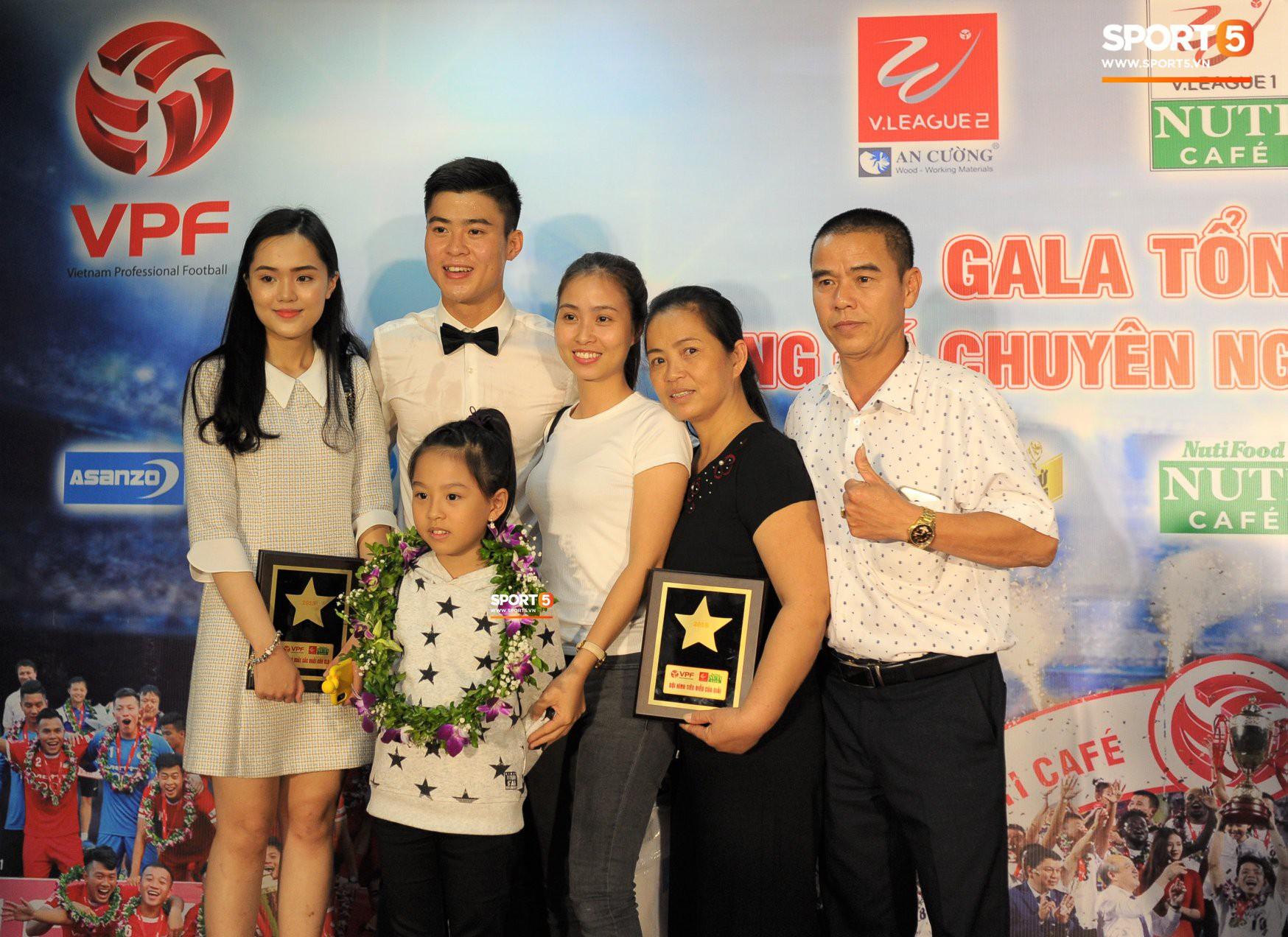 Quang Hải quấn quýt bên mẹ và bạn gái trong ngày nhận danh hiệu Cầu thủ trẻ xuất sắc nhất.-2