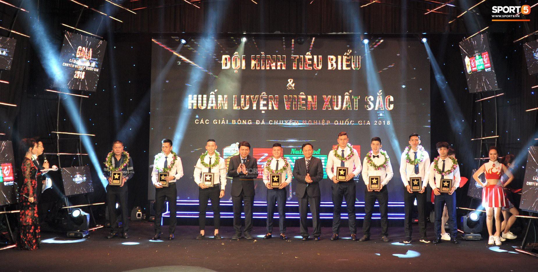 Quang Hải quấn quýt bên mẹ và bạn gái trong ngày nhận danh hiệu Cầu thủ trẻ xuất sắc nhất.-3