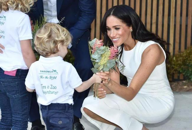 Hành động nhỏ xíu chứng tỏ Hoàng tử Harry là ông chồng cực tâm lý, chị em ghen tị với Công nương Meghan cũng phải-1