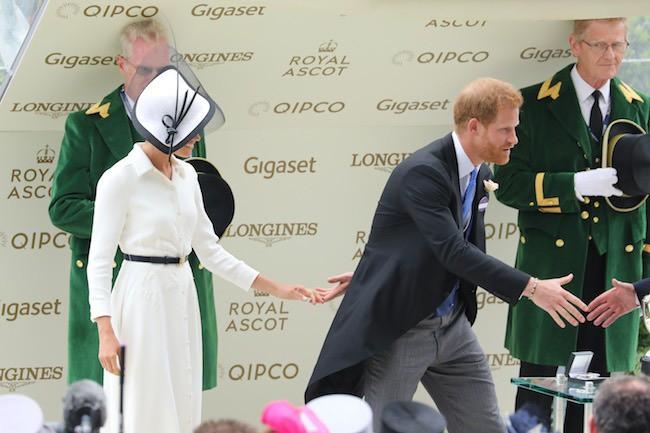 Hành động nhỏ xíu chứng tỏ Hoàng tử Harry là ông chồng cực tâm lý, chị em ghen tị với Công nương Meghan cũng phải-4