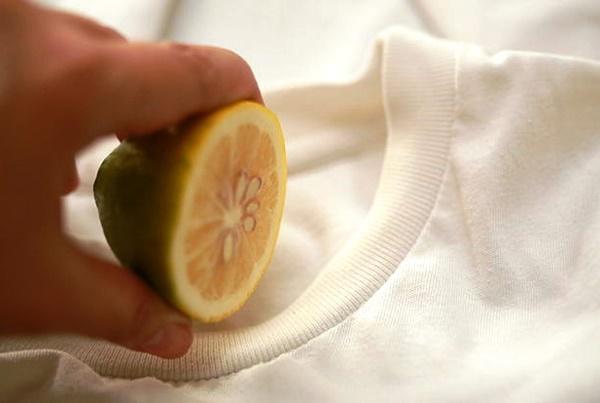 Mẹo tẩy áo bị lem màu trắng tinh như mới, mẹ nào không biết thì thật phí-1
