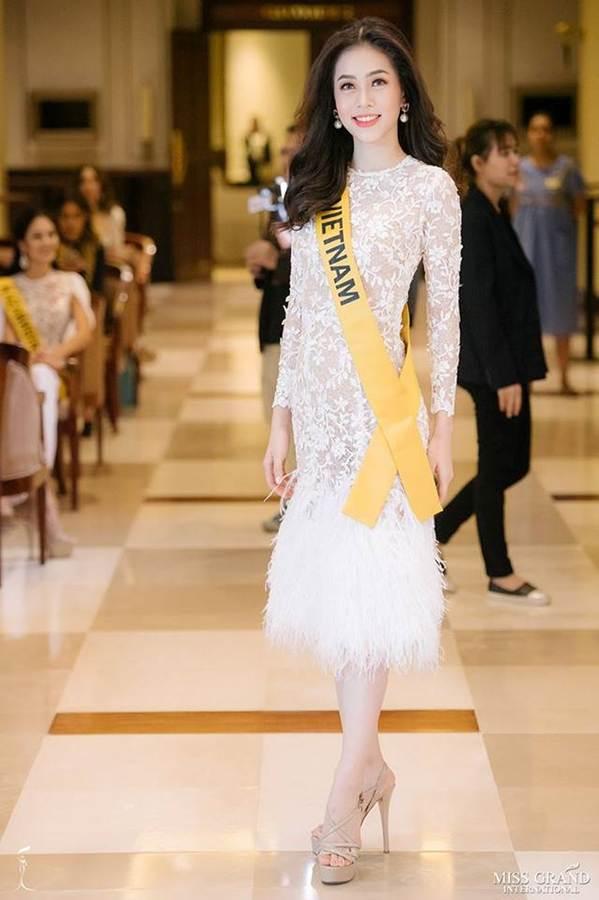 Phương Nga đầm lông vũ lộng lẫy dự phần thi phỏng vấn ở Miss Grand-1