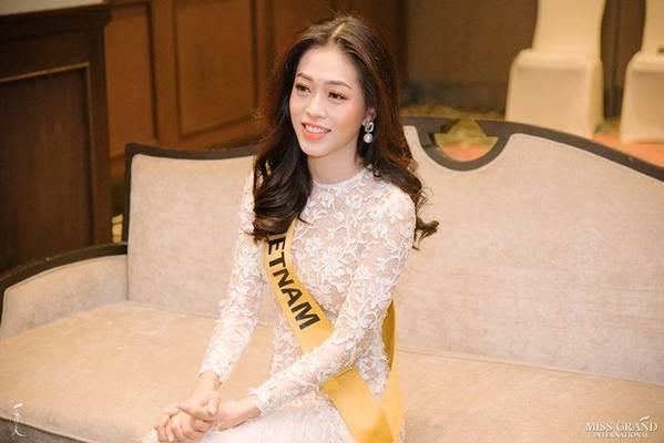 Phương Nga đầm lông vũ lộng lẫy dự phần thi phỏng vấn ở Miss Grand-2