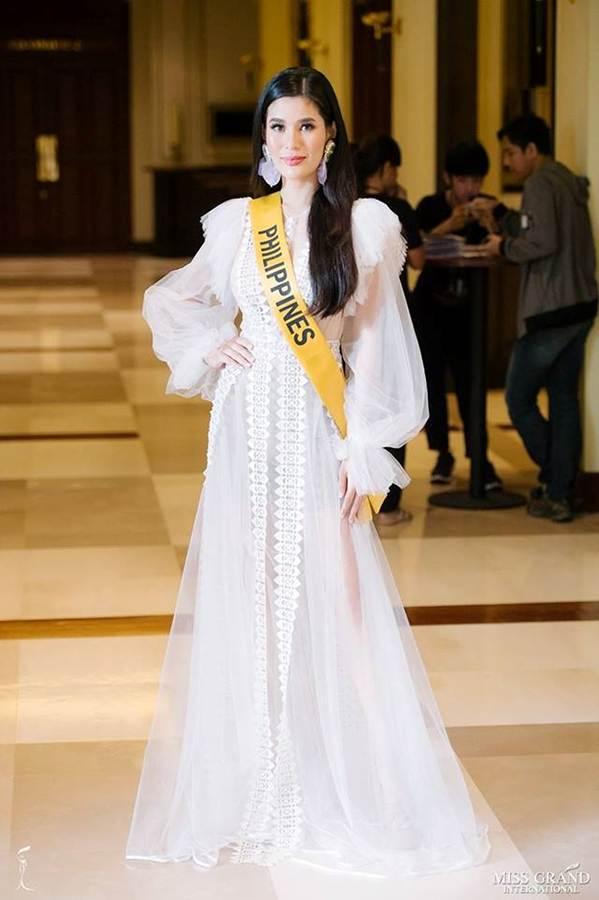 Phương Nga đầm lông vũ lộng lẫy dự phần thi phỏng vấn ở Miss Grand-7