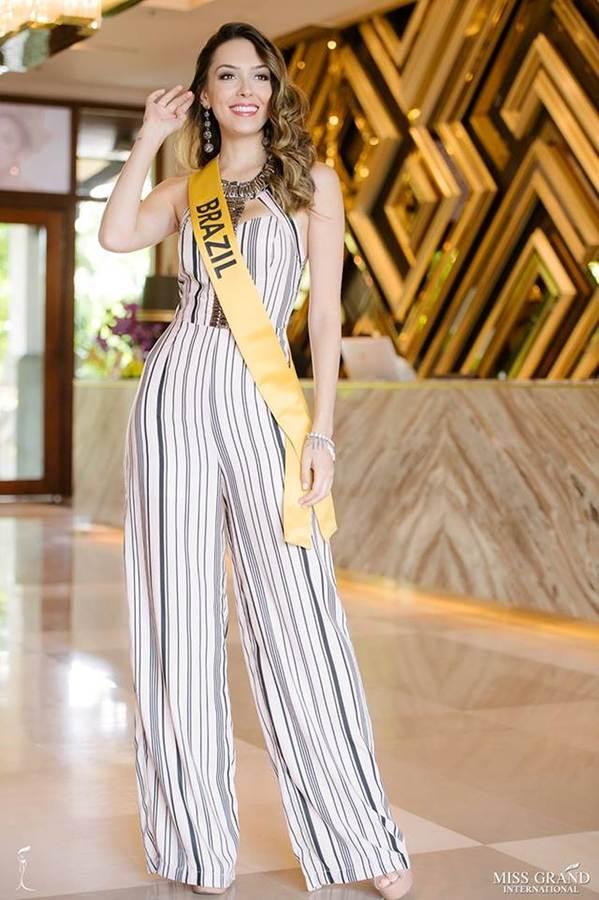 Phương Nga đầm lông vũ lộng lẫy dự phần thi phỏng vấn ở Miss Grand-8