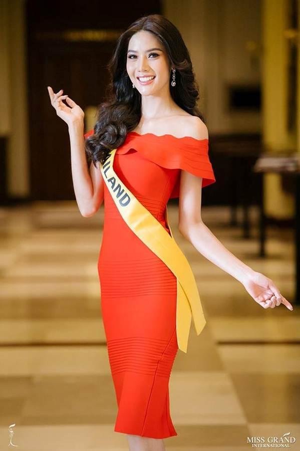 Phương Nga đầm lông vũ lộng lẫy dự phần thi phỏng vấn ở Miss Grand-11