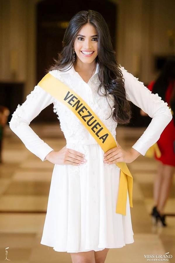 Phương Nga đầm lông vũ lộng lẫy dự phần thi phỏng vấn ở Miss Grand-12
