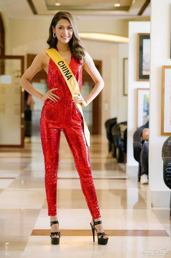 Phương Nga đầm lông vũ lộng lẫy dự phần thi phỏng vấn ở Miss Grand-13