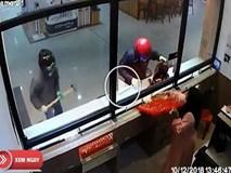Màn cướp tiệm vàng hài hước cùng nạn nhân