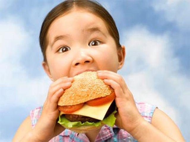 Bé 4 tuổi gan đã nhiễm mỡ vàng óng do ăn loại thức ăn quen thuộc-2
