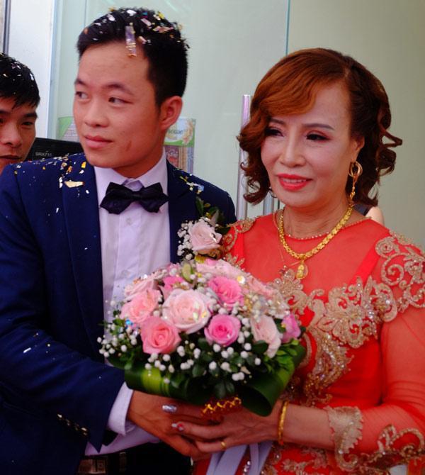 Chú rể 26 lấy vợ 62 tuổi: Cưới xong, bị nhiều người gọi là mắt lươn nên đi nhấn mí-1