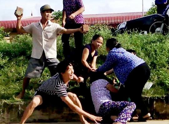 Bị ngăn chặt cây hoa sữa, 8 người xông ra đánh, chém vợ chồng hàng xóm dã man-1