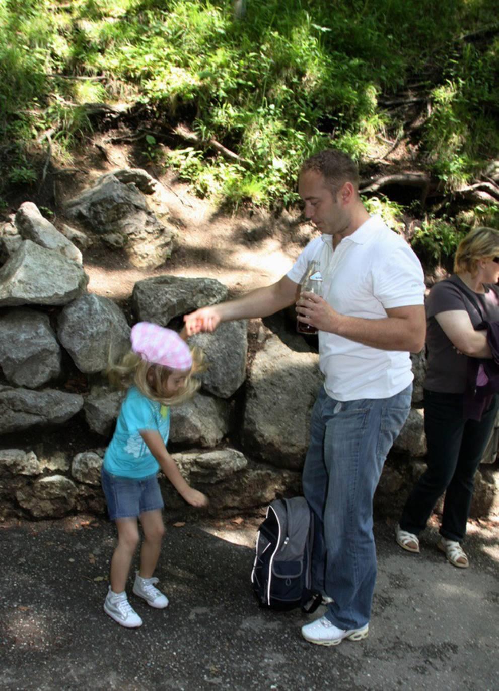 Thấy con gái mắc kẹt trên tường đá, thái độ lạ thường của ông bố khiến mọi người nể phục-2